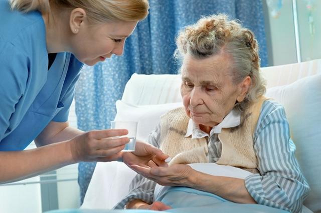 ЛФК при переломе шейки бедра в пожилом возрасте: задачи для каждого этапа реабилитации и примеры упражнений