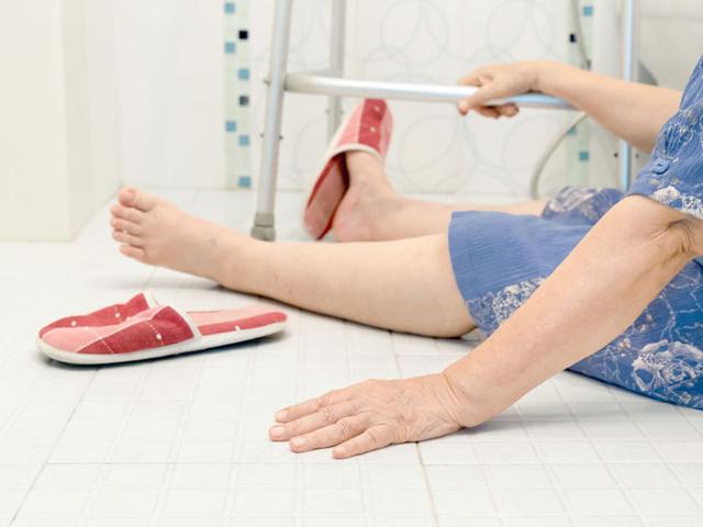 Трещина в бедре: симптомы, первая помощь, лечение и реабилитация, можно ли ходить