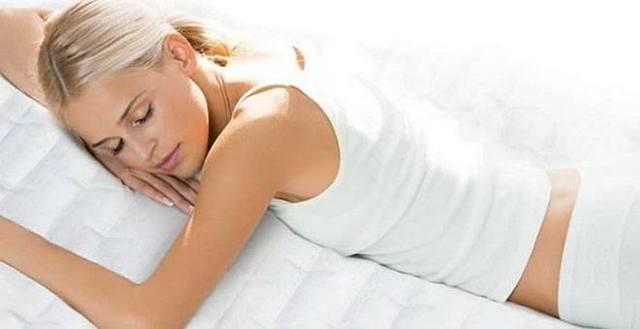 Лежание на животе после родов: причины, преимущества, противопоказания и неудобства