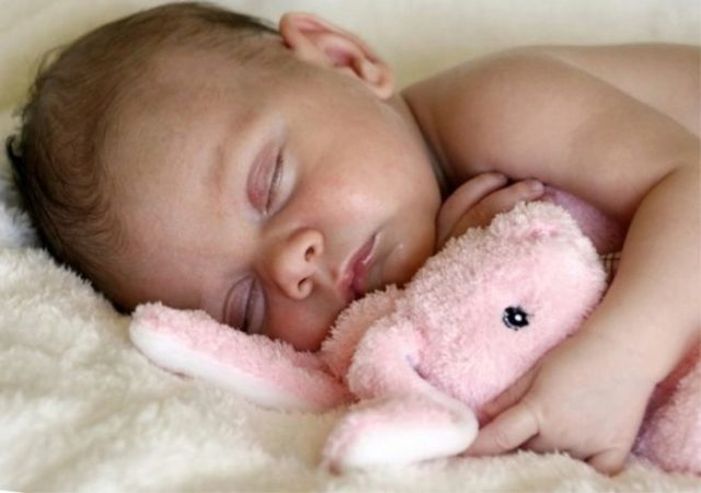 Потеет голова и шея во время сна у взрослого и ребенка: причины повышенной потливости