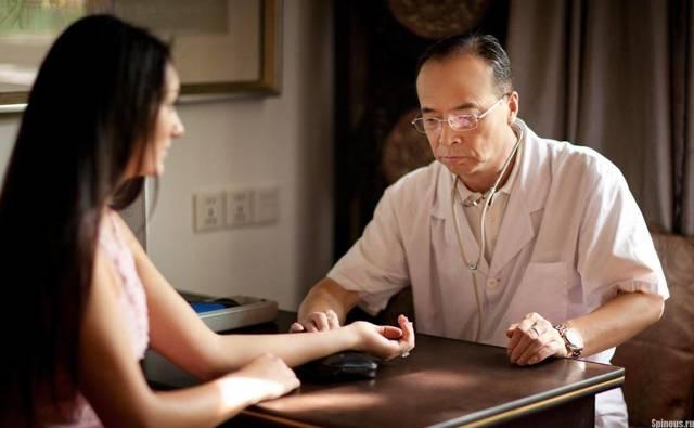 Боль в бедре при сидении и вставании со стула: причины и лечение
