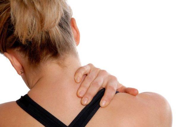 Причины и лечение боли в шее и плечах с левой и правой стороны, отдающей в руку и голову