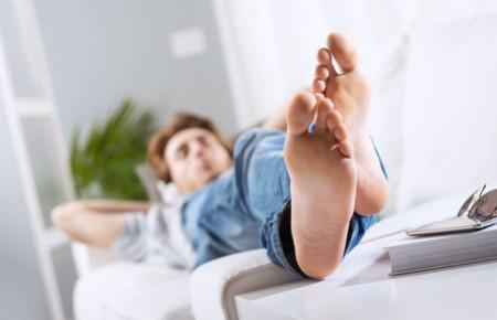 Как избавиться от запаха ног у мужчин: средства, причины и лечение