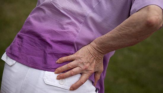 Лечение перелома бедра со смещением: первая помощь, методы терапии и реабилитация