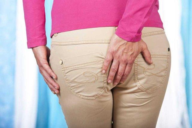 Может ли при геморрое болеть низ живота у женщин: причины и характер ощущений