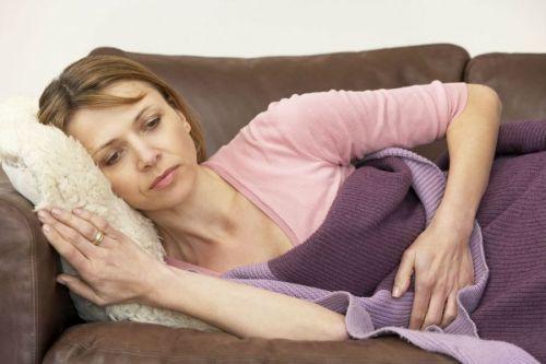 Боли внизу живота после поднятия тяжестей у мужчин и женщин: причины, первая помощь и лечение