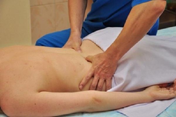 Мануальная и физиотерапия при лечении седалищного нерва: преимущества, показания, противопоказания и техника выполнения