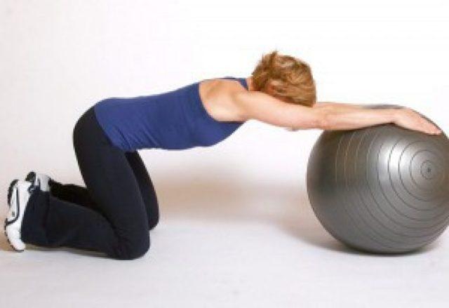 Упражнения на фитболе для спины и позвоночника