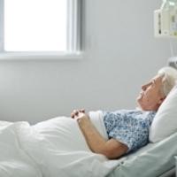 Трещина шейки бедра: симптомы, фото, первая помощь, лечение и последствия