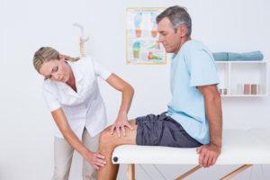Хруст в бедре у взрослых и детей: причины, когда обращаться к врачу, лечение и профилактика