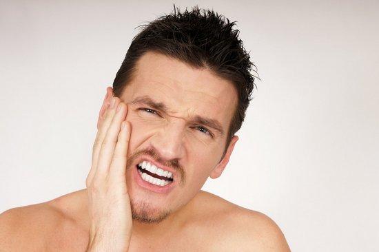 Сколько заживает сломанная челюсть у человека после перелома со смещением или трещины