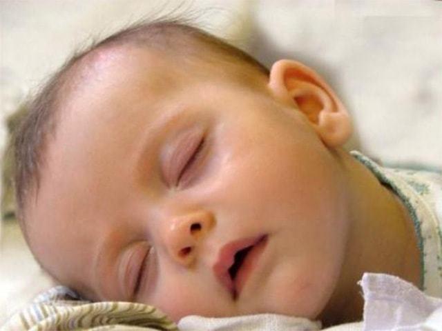 У ребенка потеет голова во время сна: причины потливости грудничка и в 2-3 года