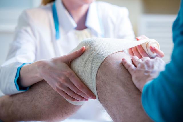 Что делать если болит колено после ушиба, падения и травмы