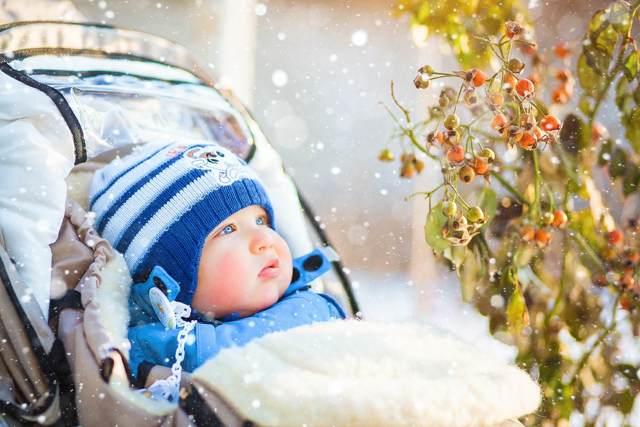 Шелушится сухая кожа на коленях у ребенка: причины патологий и лечение