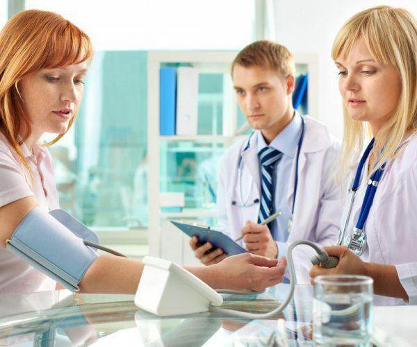Головокружение при высоком давлении: причины тошноты от гипертонии у женщин