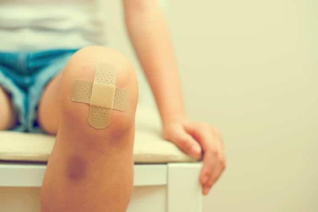 Ушиб колена при падении: лечение в домашних условиях народными средствами
