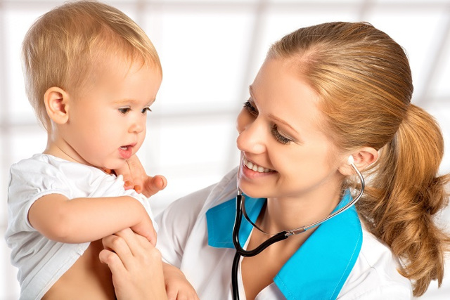 У грудничка потеет голова во время кормления: причины, что можно сделать