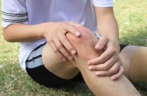 Удариться правым или левым коленом: приметы и их значение