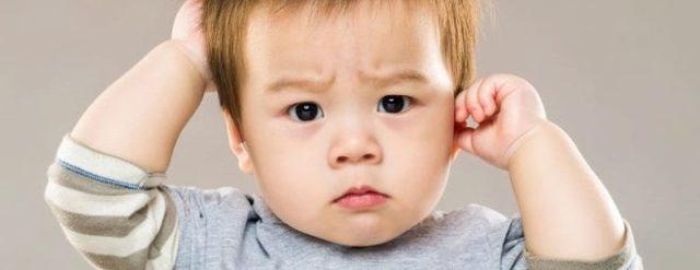Ребенок чешет голову перед сном, во сне, постоянно или часто: что делать, если ребенок расчесывает голову до болячек и крови