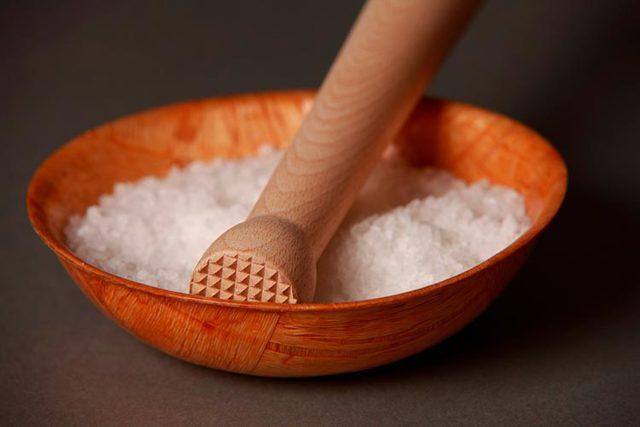 Соль для кожи головы: массаж от выпадения волос, правила втирания соли в голову