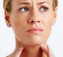 Сильно болит горло и голова, слабость, а температуры нет — что это за симптомы