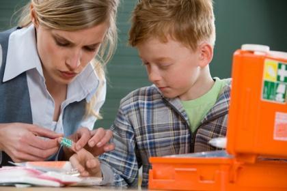 Ссадины на коленях у детей и взрослых: как и чем лечить, мазать и обрабатывать
