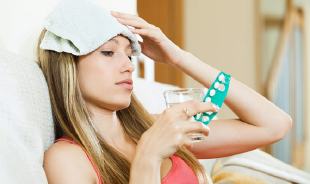 Сильно болит голова в висках и тошнит: причины ломоты и боли в левом и правом висках
