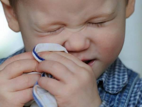 У ребенка заложенность носа, головная боль, насморк, болит горло и кашель при простуде